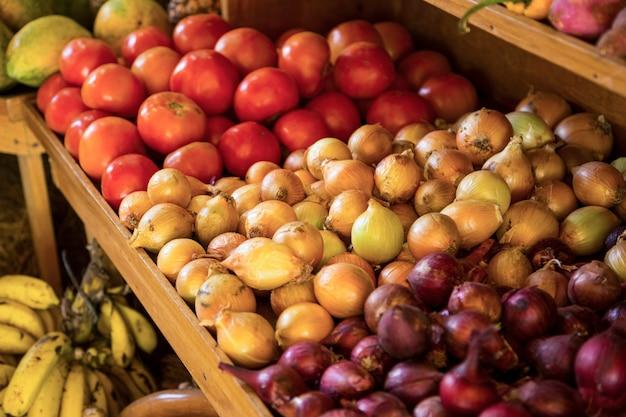 Verdure organiche da vendere nel mercato alla costa rica Foto Gratuite