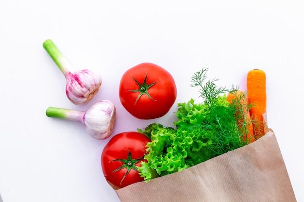 Verdure organiche fresche di eco in sacco di carta del mestiere Foto Premium