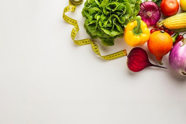 Verdure sane in pieno delle vitamine su fondo bianco Foto Gratuite