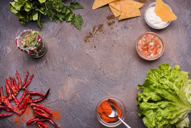Verdure tra i nachos con salsa e peperoncino Foto Gratuite