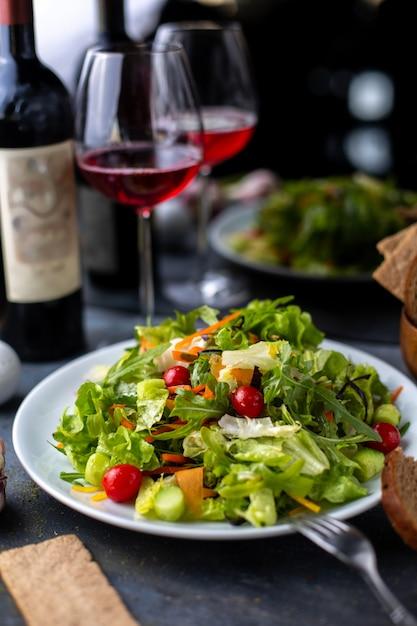 Verdure verdi affettate con vino rosso all'interno del piatto bianco Foto Gratuite