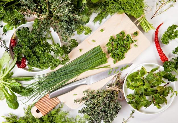 Verietà di erbe biologiche fresche Foto Premium