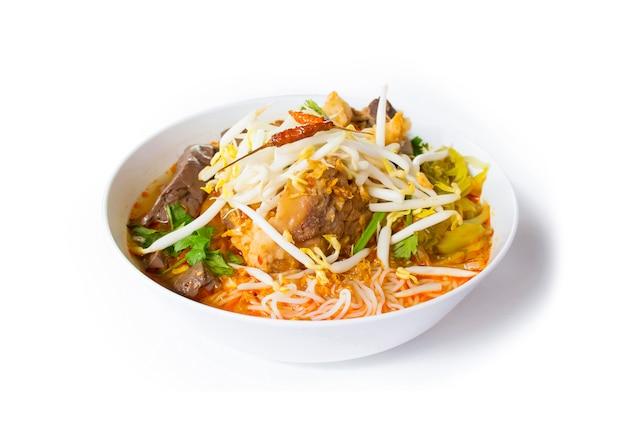 Vermicelli di riso thailandese con salsa piccante di maiale. alimento tailandese nordico fatto dei vermicelli del riso o della tagliatella di riso in salsa piccante con la vista laterale della carne o della carne di maiale isolata Foto Premium