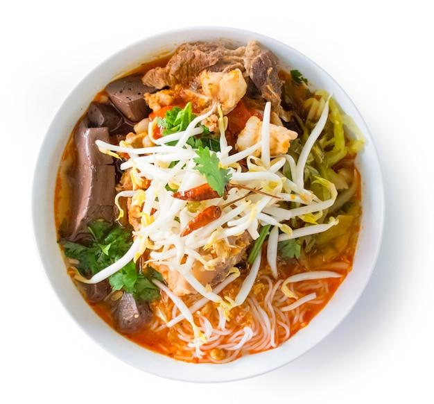 Vermicelli di riso thailandese con salsa piccante di maiale. alimento tailandese nordico fatto dei vermicelli del riso o della tagliatella di riso in salsa piccante con la vista superiore della carne o della carne di maiale isolata Foto Premium