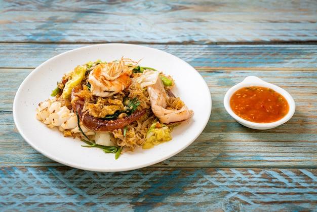 Vermicelli saltati in padella con verdure e frutti di mare in salsa sukiyaki Foto Premium