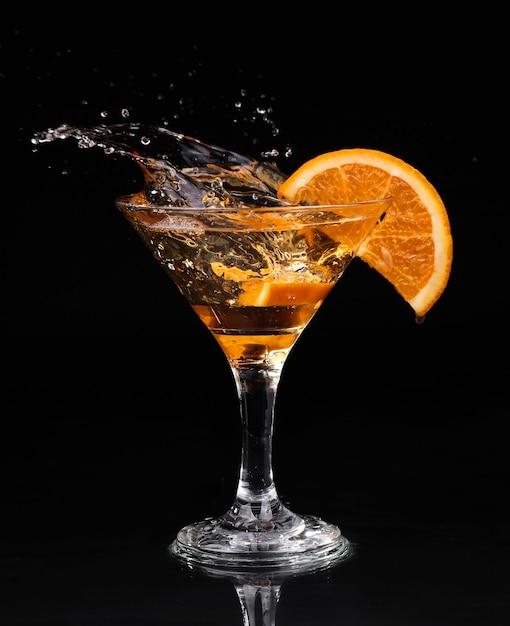 Vermut cocktail all'interno del bicchiere da martini su sfondo scuro Foto Premium