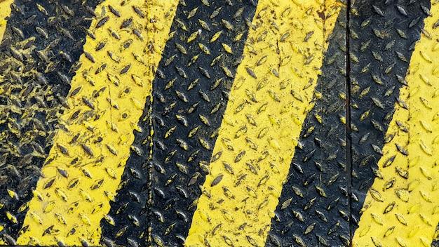 Vernice nera e gialla su fondo in metallo antiscivolo Foto Premium