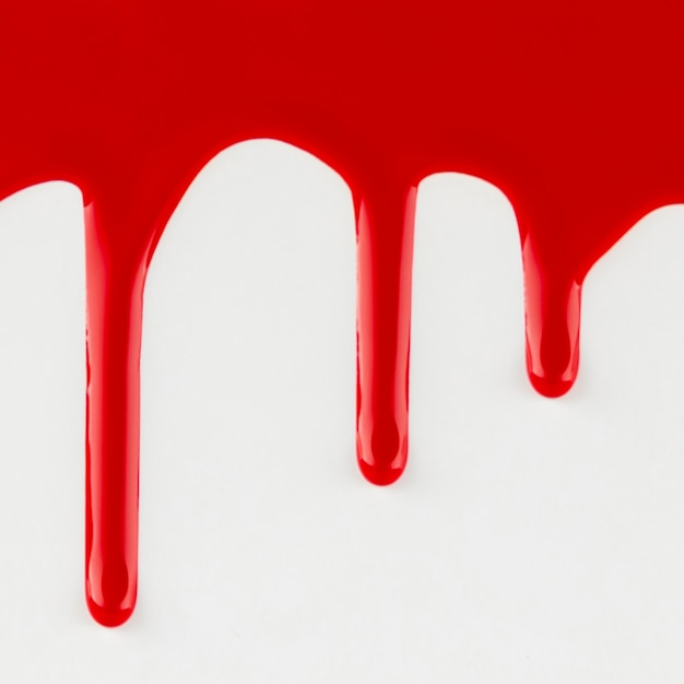 Vernice rossa della sgocciolatura su priorità bassa bianca Foto Gratuite