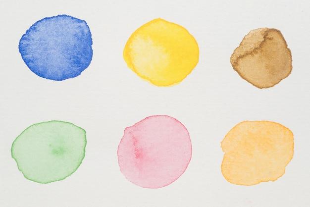 Vernici blu, gialle, marroni, verdi, rosa e arancioni su carta bianca Foto Gratuite