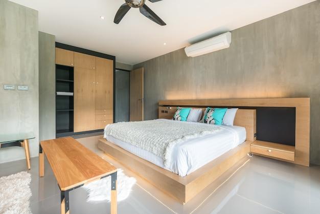 Vero lusso interior design stile loft in camera da letto con uno spazio luminoso e luminoso in casa Foto Premium