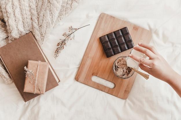 Versare il latte in una ciotola con cornflakes a letto a mano Foto Gratuite