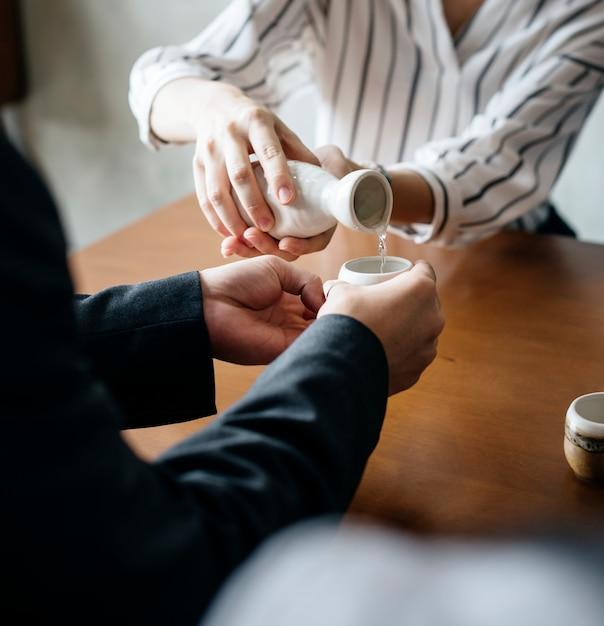 Versare il sake Foto Gratuite
