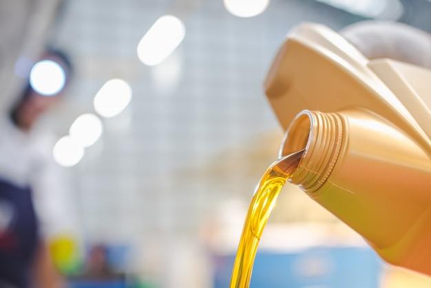 Versare olio motore nella sala macchine Foto Premium