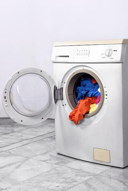 Vestiti all'interno della lavatrice Foto Premium