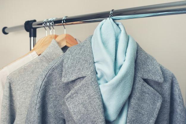Vestiti caldi su una gruccia Foto Premium