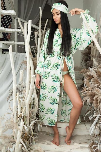 Vestiti da spiaggia da portare della giovane donna affascinante Foto Premium