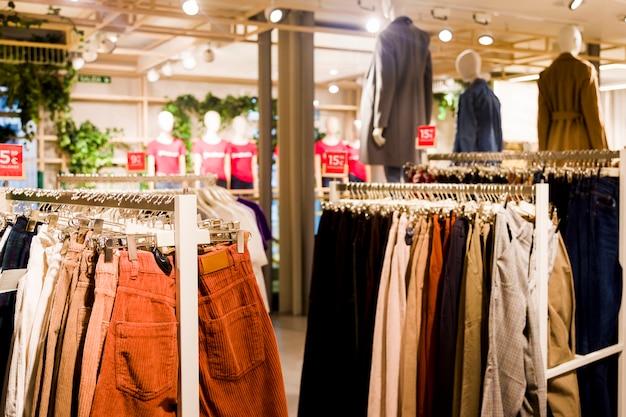 Vestiti in un negozio di abbigliamento Foto Gratuite