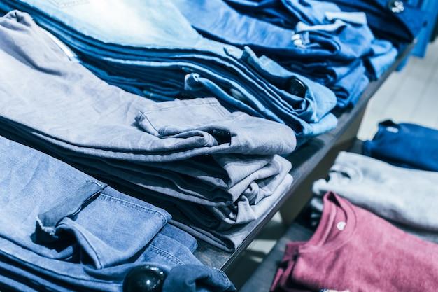 Vestiti sul gancio in negozio Foto Premium