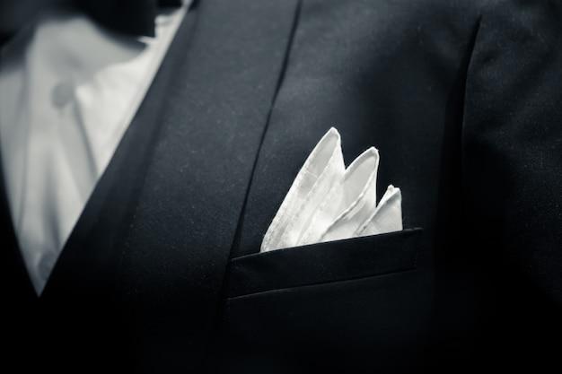 Vestito dello smoking dello sposo del primo piano dell'uomo delicato per il tono in bianco e nero di arte della cena di lusso. Foto Premium