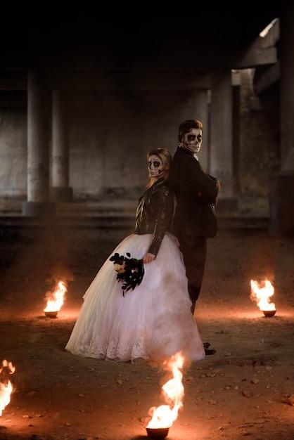 Vestito in abiti da sposa coppia romantica zombie. Foto Premium