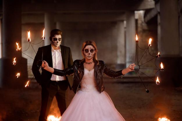 Vestito in abiti da sposa romantica coppia di zombie. Foto Premium