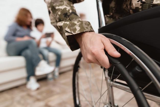 Veterano della foto del primo piano in una sedia a rotelle. Foto Premium