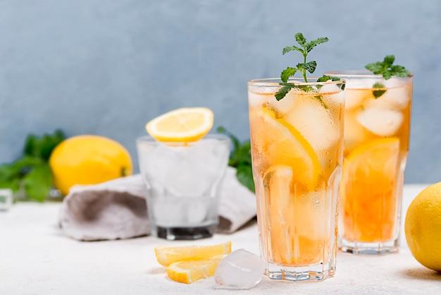 Vetri con il tè di ghiaccio fresco sulla tavola Foto Gratuite