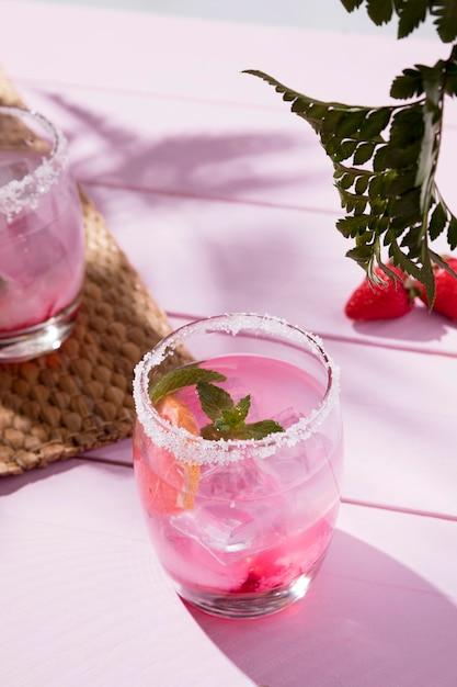 Vetri con la bevanda e la menta fredde della fragola Foto Gratuite