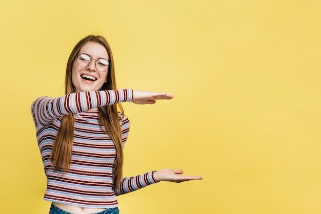 Vetri da portare della donna di smiley con lo spazio della copia Foto Gratuite