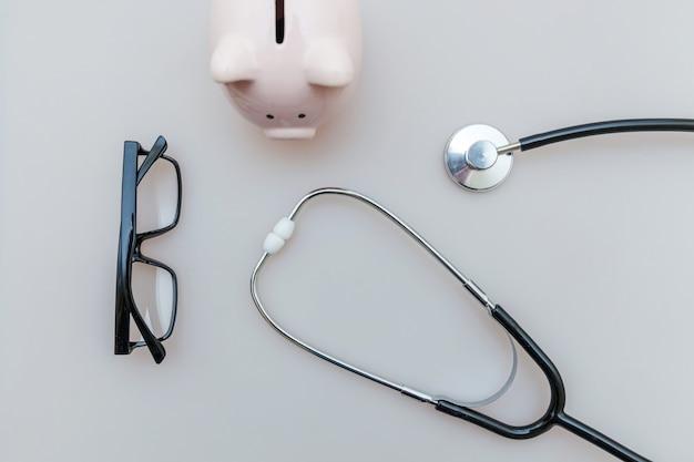 Vetri dello stetoscopio o del phonendoscope dell'attrezzatura di medico della medicina isolati Foto Premium