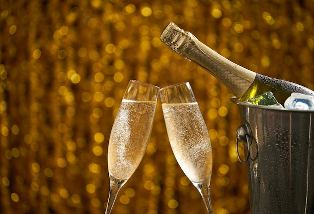 Vetri di champagne su un concetto astratto del fondo, del partito o di festa, spazio della copia Foto Premium