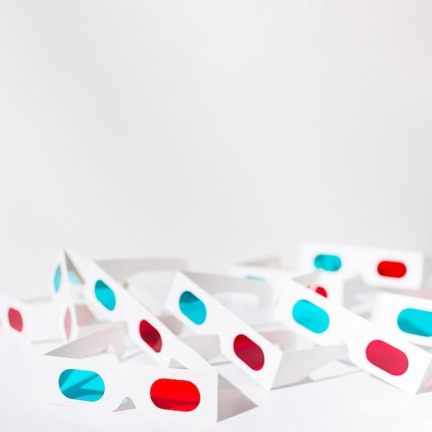Vetri rossi e blu 3d isolati su fondo bianco Foto Gratuite