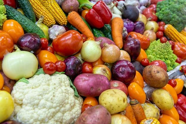 Vetrina con molte verdure e frutta Foto Premium