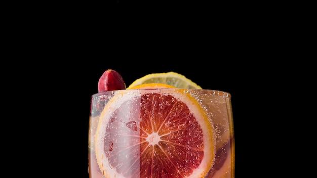 Vetro del primo piano della bevanda acidificata con l'arancia Foto Gratuite