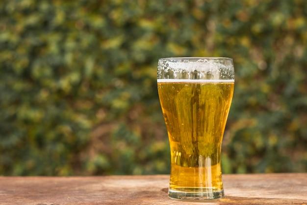 Vetro di vista frontale con birra sulla tavola Foto Gratuite