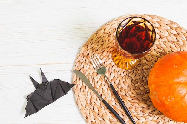 Vetro, forchetta, coltello e zucca su supporto alimentare Foto Gratuite