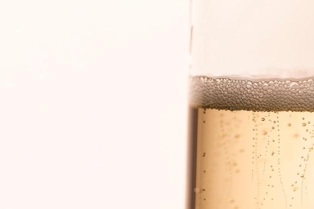 Vetro laterale con bollicine di champagne Foto Gratuite