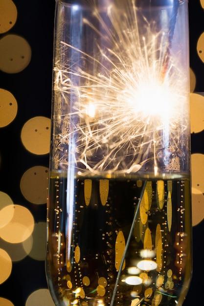 Vetro visto attraverso luce del fuoco d'artificio del primo piano Foto Gratuite