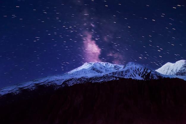 Via lattea e montagne Foto Premium