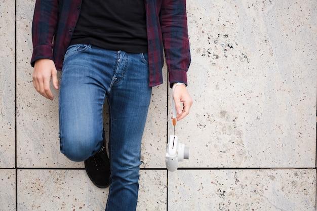 Viaggiatore alla moda del primo piano in jeans Foto Gratuite