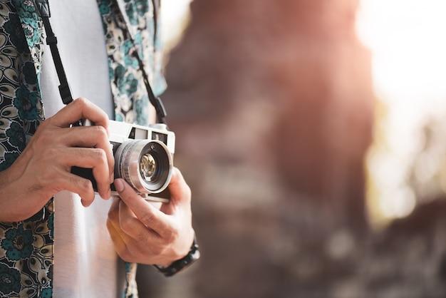 Viaggiatore del fotografo del giovane con lo zaino che cattura foto Foto Premium