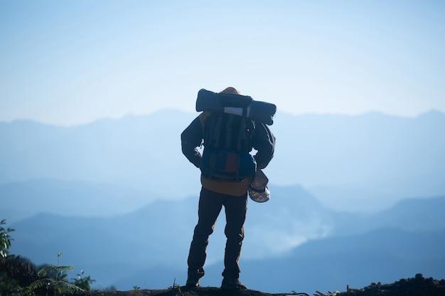 Viaggiatore dell'uomo con il concetto di stile di vita di viaggio di alpinismo dello zaino Foto Gratuite