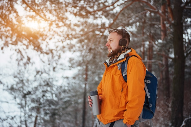Viaggiatore dell'uomo con lo zaino che fa un'escursione le vacanze attive di avventura di stile di vita di viaggio all'aperto. foresta di uno splendido paesaggio Foto Premium