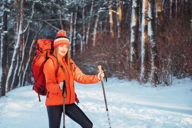 Viaggiatore della donna con lo zaino che fa un'escursione le vacanze attive di avventura di stile di vita di viaggio all'aperto. foresta di uno splendido paesaggio Foto Premium