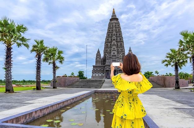 Viaggiatore della donna in un tempio tailandese Foto Premium