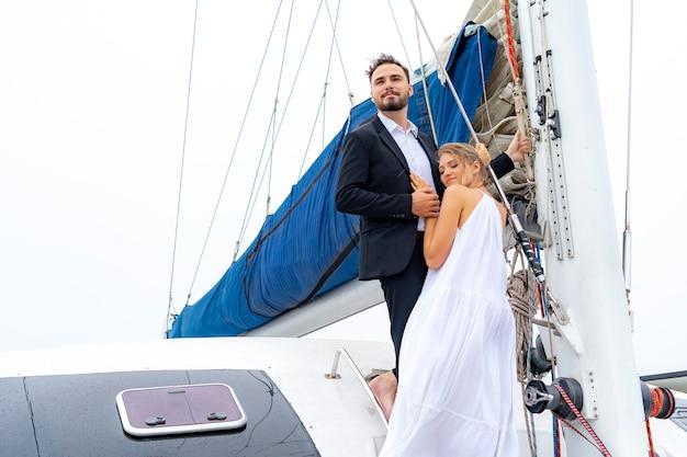 Viaggiatore di coppia rilassante di lusso in bel vestito e suite stand parte di yacht da crociera Foto Premium