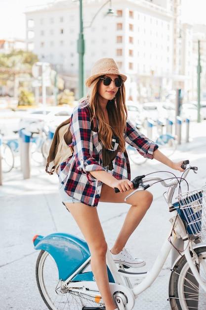Viaggiatore in posa su una bicicletta Foto Gratuite