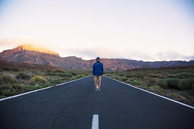 Viaggiatore solitario su strada Foto Gratuite