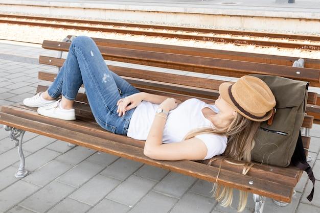Viaggiatore stanco che riposa su una panchina Foto Gratuite