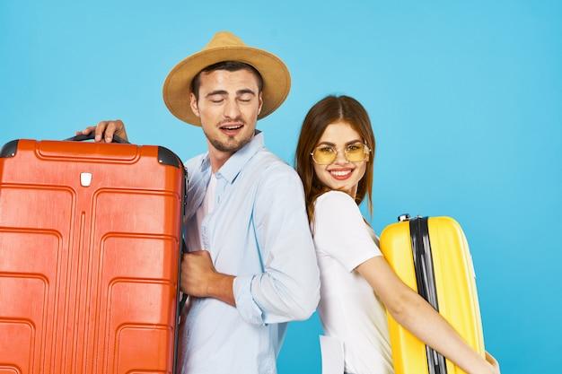 Viaggiatore uomo e donna con una valigia Foto Premium